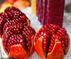 La granada es un fruto que tiene el interior lleno de semillas o granos