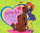 Daphne abrazando a Scooby Doo