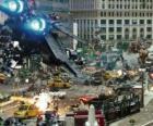 Varios Transformers luchando en la ciudad