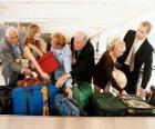 Varias personas recogiendo su equipaje