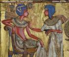 El faraón sentado en su trono con el cetro nejej, en forma de látigo, en la mano