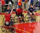 Baloncestista en silla de ruedas lanzando el balon a canasta