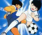 El capitán Tsubasa a gran velocidad controlando el balón