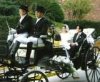 Los recién casados saliendo de la ceremonia en un carruaje de caballos