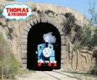 La simpática locomotora a vapor Thomas saliendo del túnel