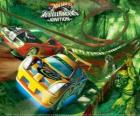 Coches de carreras en el circuito Hot Wheels