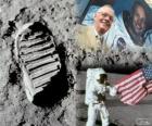 Neil Armstrong (1930 - 2012) fue un astronauta de la NASA y el primer ser humano en pisar la Luna el 21 de julio de 1969, en la misión Apolo 11