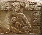 Dibujos mayas esculpidos en una piedra