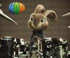 El conejo Hop con las baquetas para tocar música con la batería