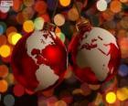 Bolas navideñas decoradas con el mapa mundi