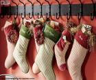 Calcetines colgados con los regalos de Navidad