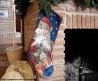 Calcetín navideño colgado en la chimenea