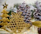 Un par de campanas navideñas doradas