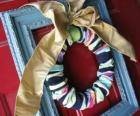 Corona navideña hecha con calcetines