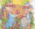 Dos niñas recogen flores. Precious Moments