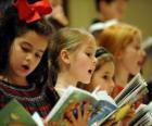 Grupo de niñas cantando villancicos