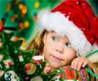 Niña preparando las fiestas de Navidad