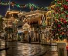 Calle adornada para Navidad con luces en las fachadas
