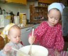Las niñas preparando un pastel sorpresa como regalo para mamá