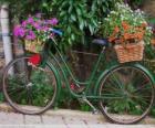 Bicicleta con las cestas llenas de flores