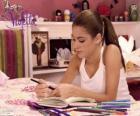 Violetta escribiendo en su diario