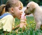 Niña y perro compartiendo un helado