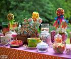 Mesa llena de golosinas para celebrar un cumpleaños