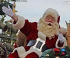 Santa Claus con una sonrisa saluda a los niños
