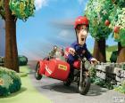 El cartero Pat con su motocicleta