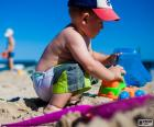Un niño jugando en la playa