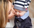 Mamá besa a su bebé