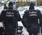 Espalda de dos policías