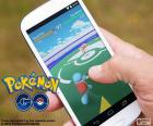 Movil con la app Pokémon GO