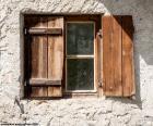 Ventana con porticones de madera