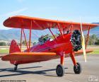 Avión biplano rojo
