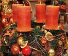 Cuatro velas en un centro