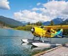Hidroavión biplano amarillo