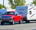 Pickup roja con caravana