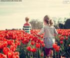 Niñas entre tulipanes