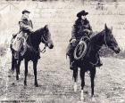 Dos mujeres cowboy montadas en sus caballos