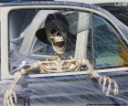 Esqueleto en un coche, Halloween