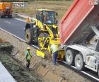 Operarios trabajando en una carretera