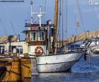 Barco de pesca en el puerto