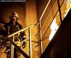 Puzzle de Bombero en una escalera ardiendo
