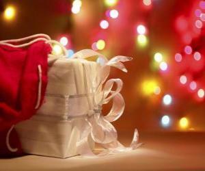 Puzzle de Regalo de Navidad envuelto en un papel blanco y adornado con un lazo