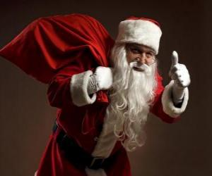 Puzzle de Santa Claus cargado con la bolsa de los juguetes caminando sigilosamente