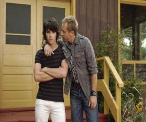 Puzzle de Shane (Joe Jonas) con su tío Brown Cessario (Daniel Fathers) dueño de Camp Rock
