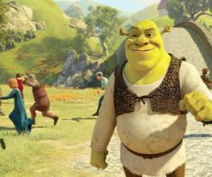 Puzzle de Shrek paseando por el pueblo y la gente sale corriendo