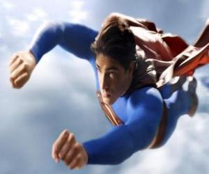 Puzzle de Superman volando hacia el cielo, con los puños cerrados y su traje con la capa