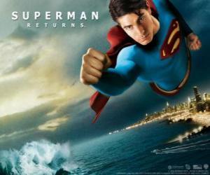 Puzzle de Superman volando por el cielo, con los puños cerrados y su traje con la capa